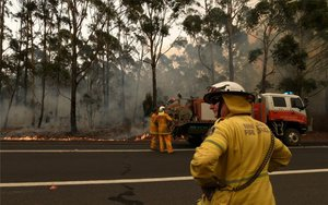 Bomberos en Australia combaten los incendios.