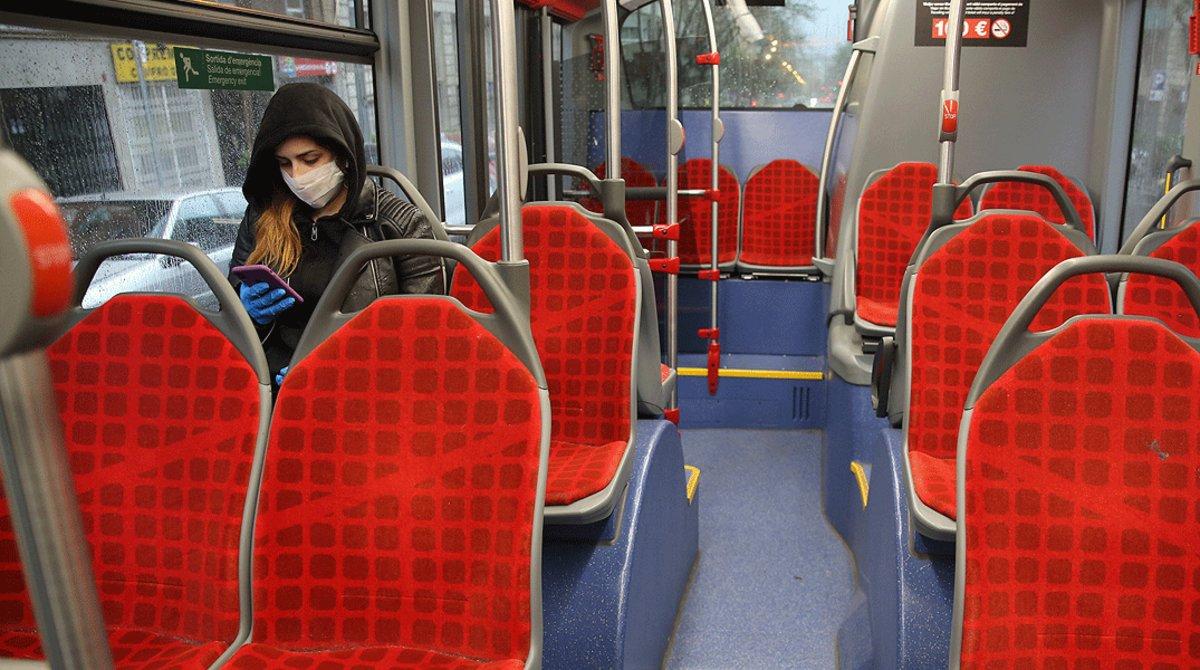 Un autobús de Barcelona, prácticamente vacío, el 16 de marzo, primer día laborable del estado de alarma.