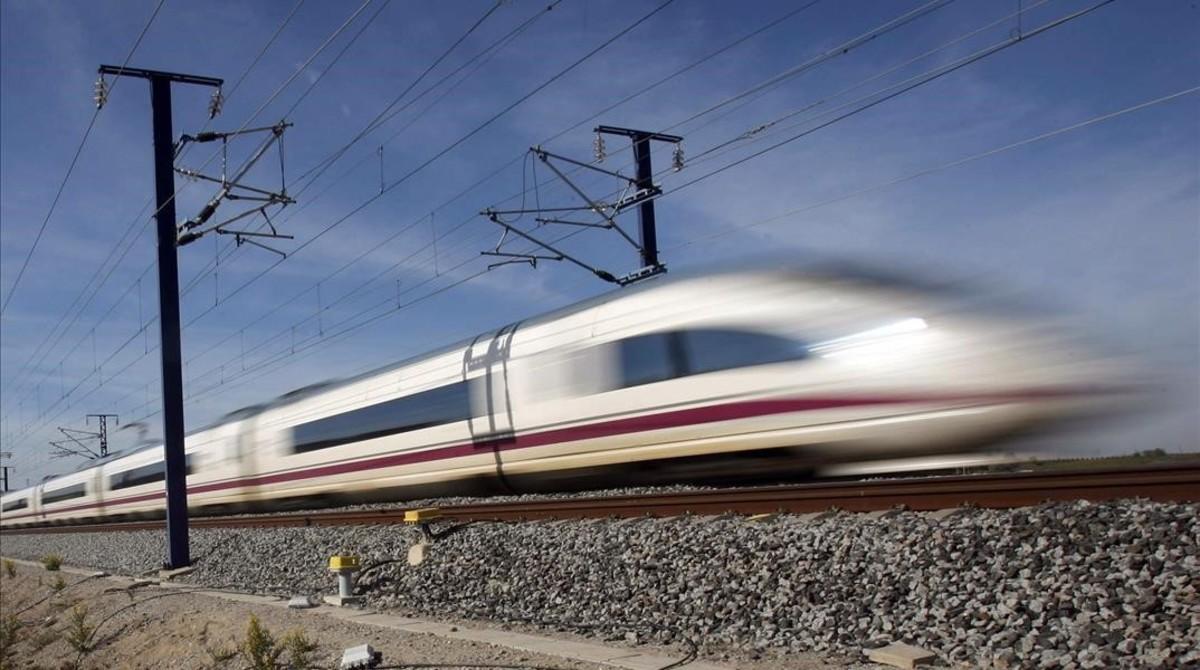 Un tren de alta velocidad, a su paso por La Granada del Penedès.