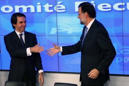 Aznar i Rajoy se saluden a l'inici de l'executiva popular.