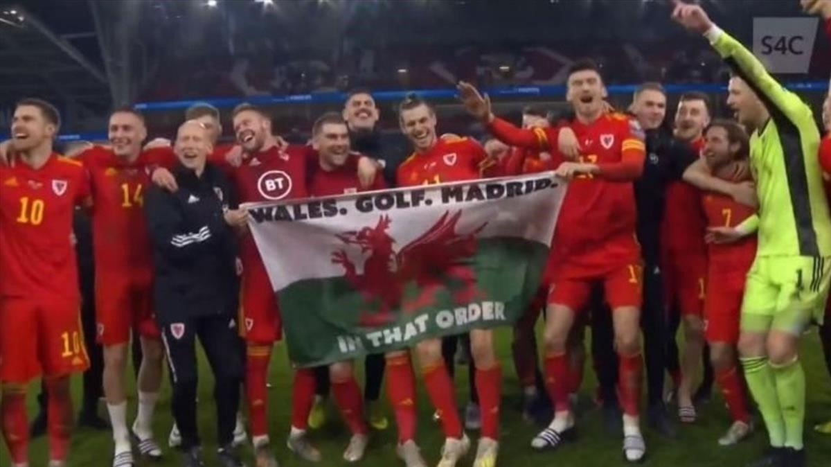 Bale y los jugadores de Galen celebran con una pancarta el pase a la Eurocopa.