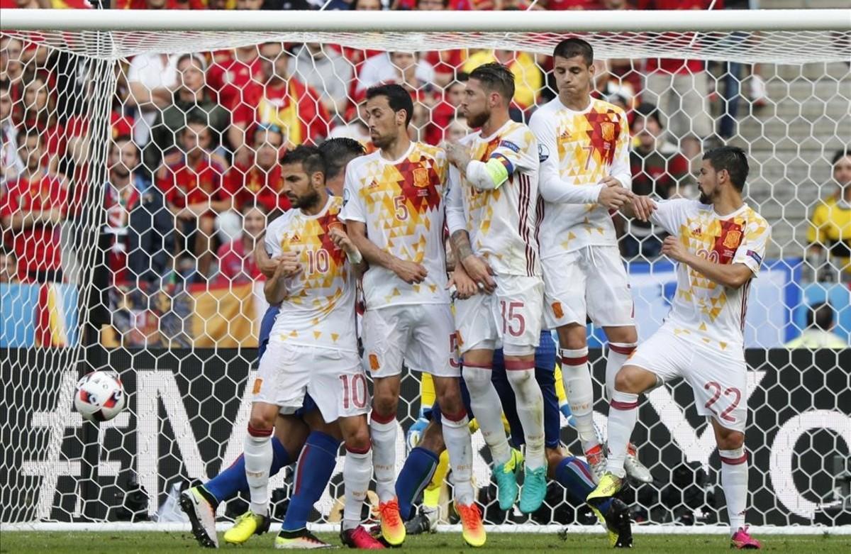 Barrera de los jugadores de la selección en la falta que lanzó el italianoCitadin Martins Eder.