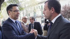 Bartomeu saluda a Rosell en el funeral de Montal en Barcelona.