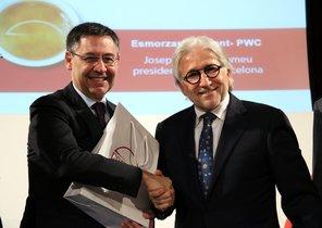 Josep Maria Bartomeu y Josep Sánchez Llibre, presidente de Foment del Treball, durante la presentación del informe.
