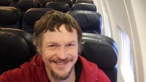 Skirmantas Strimaitis se hace un selfie en el avión en el que viajó solo