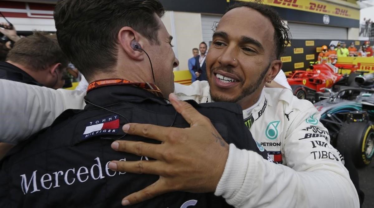 El británico Lewis Hamilton (Mercedes) abraza a uno de sus mecánicos tras arrasar en el GP de Francia.