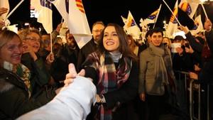 La candidata de C's a presidenta de la Generalitat, Inés Arrimadas, saluda, este lunes, al público del mitin de Cornellà de Llobregat.