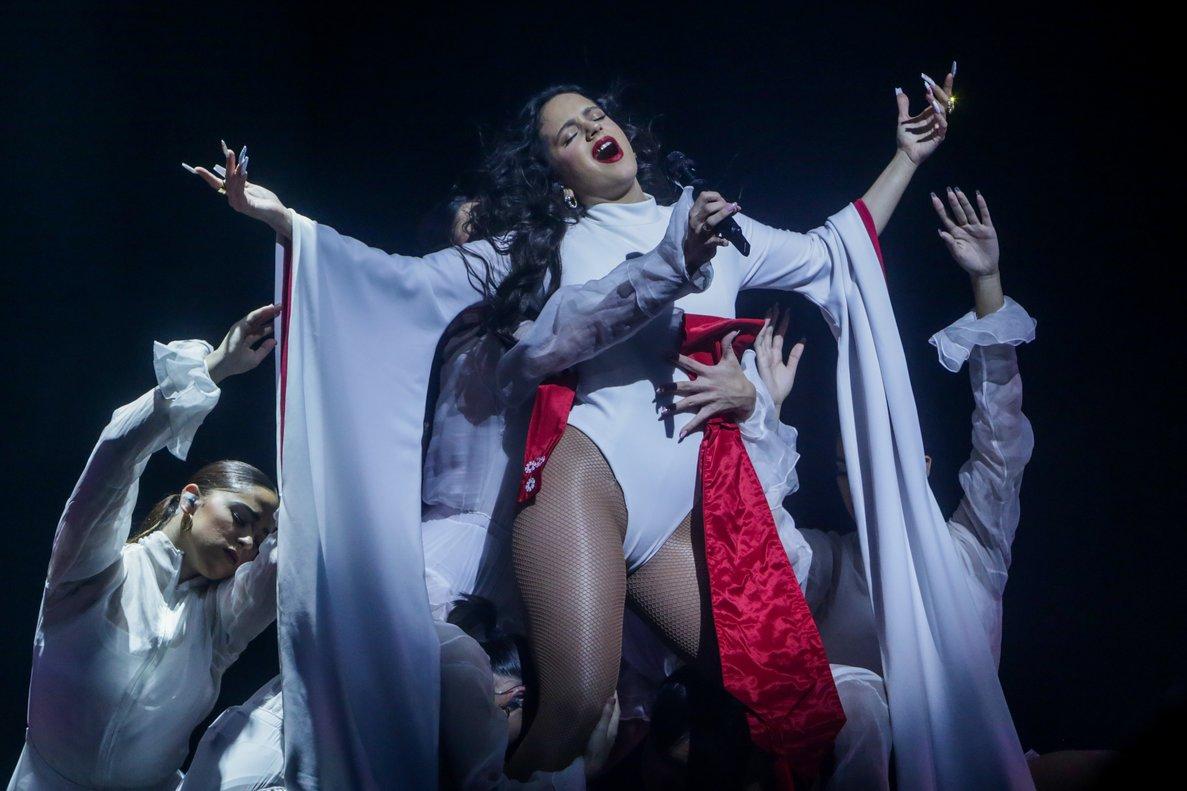 La cantante Rosalía durante su concierto en Madrid.
