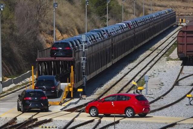 Carga de coches en un tren en la fábrica de Seat en Martorell con destino al puerto de Barcelona.