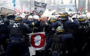 Choque entre la policía y los bomberos en París.