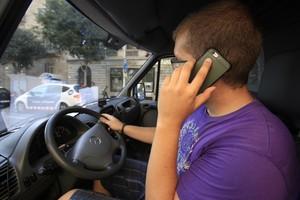 Un conductor, con el móvil.