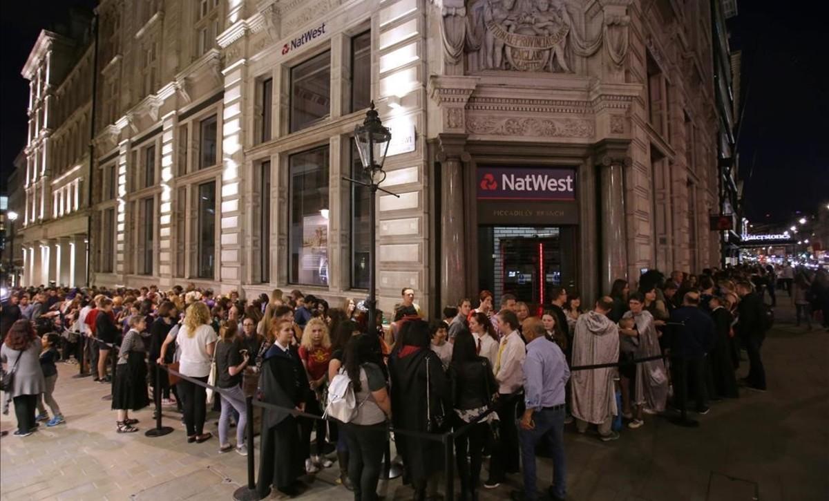 Colas quilométricas durante la noche del sábado al domingo en Piccadilly para entrar en la librería Waterstones y comprar el nuevo libro de Harry Potter.