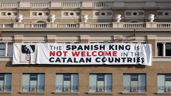 Colgada una pancarta contra el Rey en la plaza de Catalunya el dia del homenaje a las víctimas de los atentados.