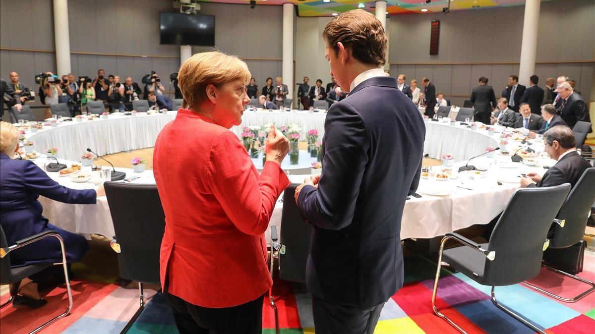 La cancillera alemana,Angela Merkel, conversa con el canciller austriaco,Sebastian Kurtz.