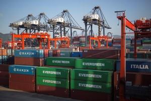 Contenedores apilados en Hong Kong con destino a la exportación.
