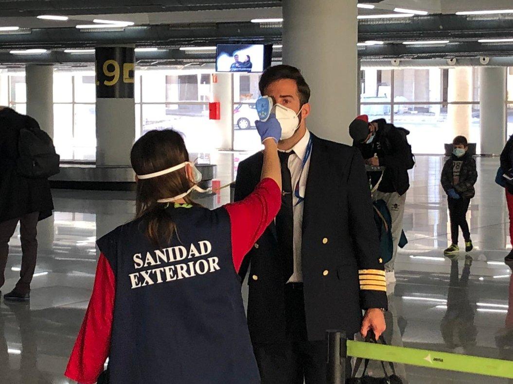Els passatgers que arribin a Espanya seran sotmesos a controls visuals i de temperatura