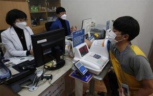 Personal especializado atiede a una persona por el coronavirus de Wuhan.