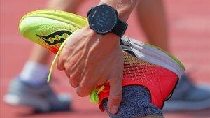 Un corredor hace estiramientos con un reloj Garmin en la muñeca, el pasado día 23, en Cambridge (Massachussets, Estados Unidos).