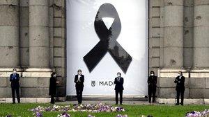 La Puerta de Alcalá luce un crespón negro en recuerdo de los fallecidos por el Covid-19.