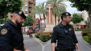 Dos agentes de la Guardia Civil controlando en la mañana del miércoles el acceso a la plaza en la que estaba la Cruz