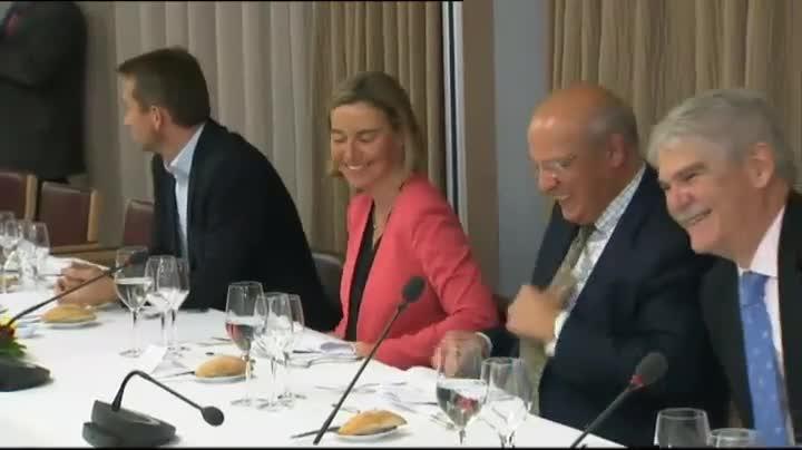 En Bruselas, anoche, hubo reunión extraordinaria de ministros de Exteriores para abordar cómo va a ser la relación entre Europa y Estados Unidos, tras la elección del magnate. A la salida, el ministro Alfonso Dastis, era cuestionado sobre el arranque de la 'era Trump'.