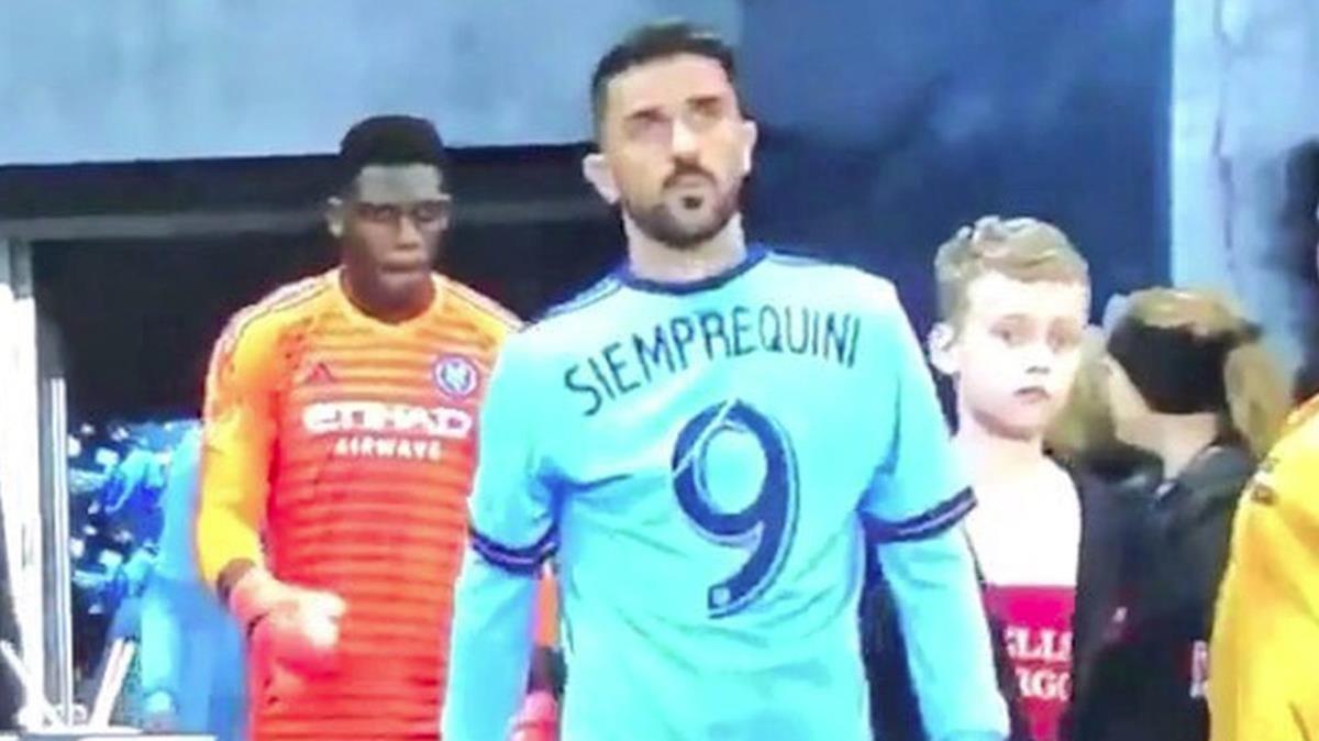 David Villa saltó al terreno de juego con una camiseta homenajeando a Quini.