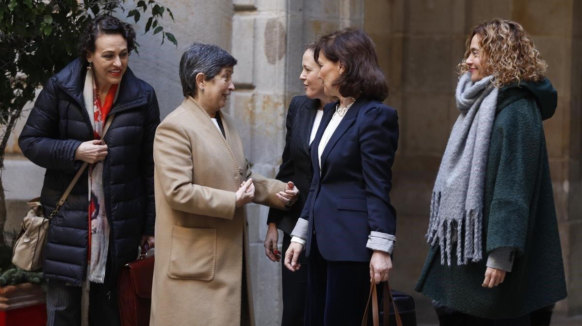 La delegada del Gobierno, Teresa Cunillera,saluda afectuosamente a las ministras en la entrada de la Llotja.