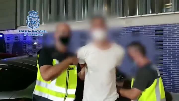 Agentes de la Policía Nacional han detenido en Barcelona a un fugitivo buscado por homicidio qué ha sido localizado en las inmediaciones de un hotel de la capital catalana y aquien le costaba una orden internacional de detención impuesta por las autoridades montenegrinas por disparar varias veces a un hombre en el interior de un vehículo y darse a la fuga.