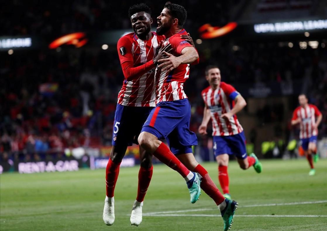 Diego Costa celebra junto a Thomas el único gol del partido.