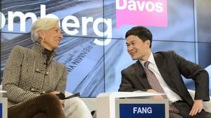 La directora del FMI, Christine Lagarde, con el representante del Regulador de los Mercados de China, Fang Xinghai, en el Foro de Davos