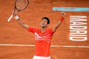 Djokovic alza los brazos para celebrar su victoria en la final de Madrid en 2019