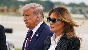 Donald y Melania Trump llegan al aeropuerto de Cleveland para participar en el debate, el pasado 29 de septiembre.