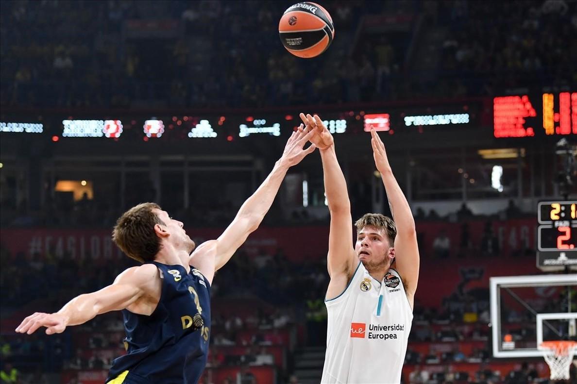 Doncic lanza por encima de Vesely en la final