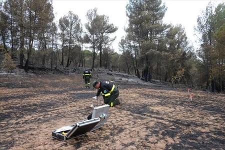 Dos agentes rurales trabajan en la zonadonde empezó un incendio.