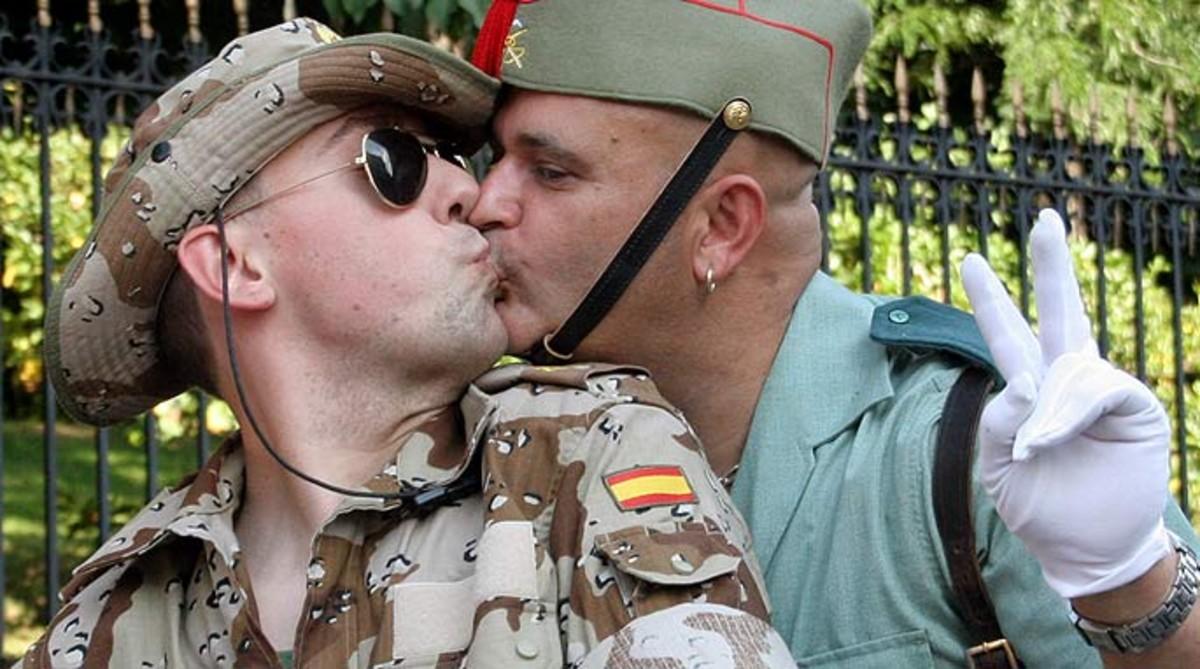 Dos participantes en una edición anterior del Día del Orgullo Gay en Madrid.