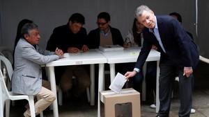 El presidente colombiano, Juan Manuel Santos, en el momento de depositar su voto en Bogotá.