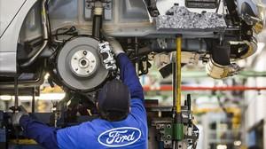 Un empleado en la planta de Ford en Almussafes.
