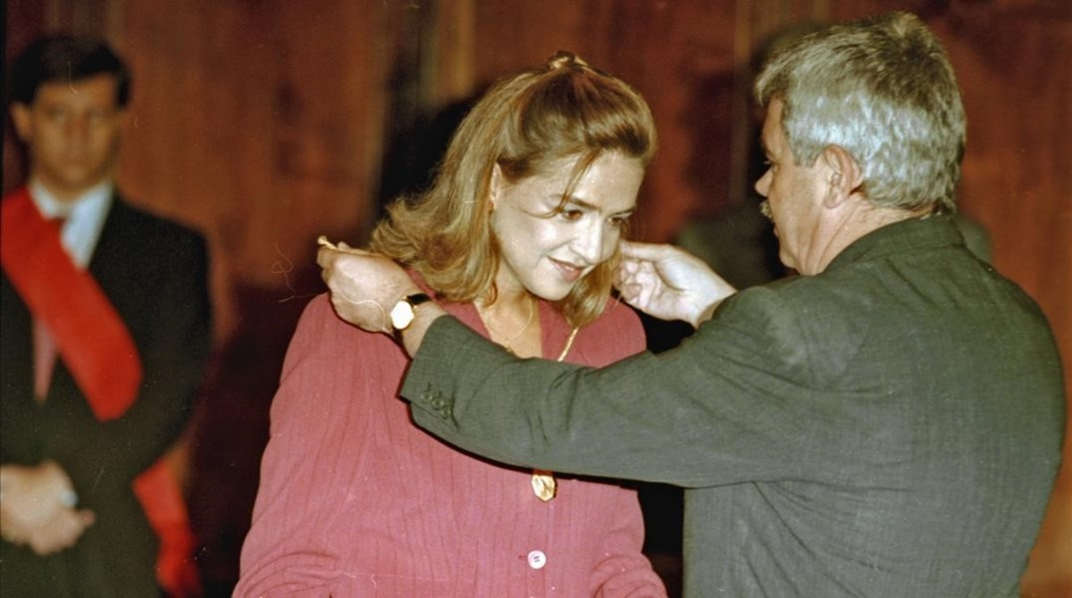 El entonces alcalde de Barcelona, Pasqual Maragall, entrega la Medalla de Oro de la ciudad a la infanta Cristina en 1997.