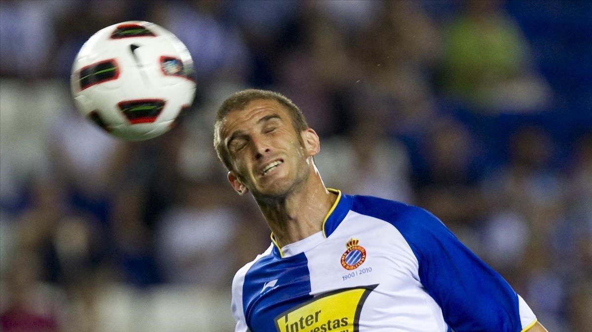 El exjugador del Espanyol Iván Alonso rematando de cabeza un balón