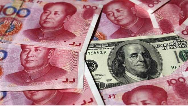 Estados Unidos elimina la designación de China como manipulador de divisas. En la foto, billetes de yuan junto a un dólar.