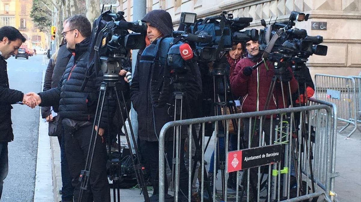 Expectación a las puertas del Palau de Justícia, a la espera de conocer la sentencia del caso Palau.
