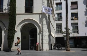 En honor a Mireia Belmonte, la bandera olímpica ondea en la fachada de la Casa de la Vila de Badalona.