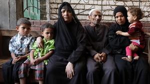 Familia egipcia que perdió a uno de sus miembros en la travesía del desierto libio para llegar a la costa y embarcar hacia Europa.