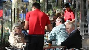 Un camarero en una terraza del paseo de Gràcia.