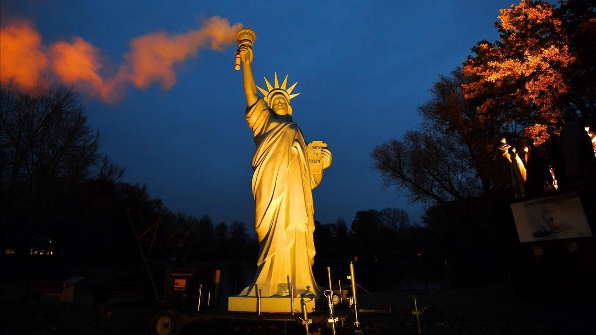 Una réplica de la Estatua de la Libertad expuesta en Bonn durante la conferencia del clima o COP23.