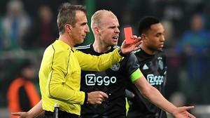 Fernández Borbalán enseñándole la roja a Kenny Tete del Ajax