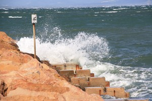 Fort onatge a la platja de l'Escala, aquest diumenge.