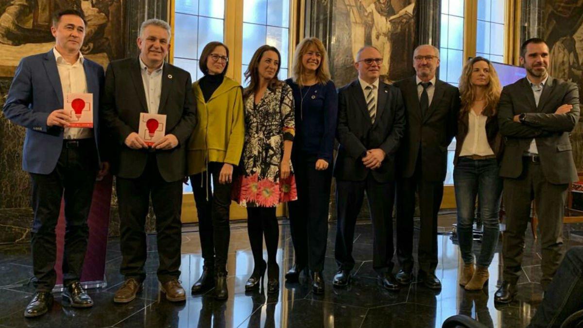 Foto de familia de la entrega de premios del reto'Cómo mejorar la calidad de vida de las personas mayores a través de la tecnología 5G', en el Ayuntamiento de Barcelona.