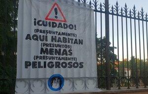 Pancarta del colectivo okupa Hogar Social Madridcontra los menores extranjeros no acompañados (MENAS) en el centro de Hortaleza.