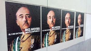 Fotografía de carteles colgados en Girona.